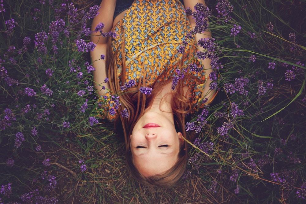 fialová farba, dievča, spiace dievča, dievča leží