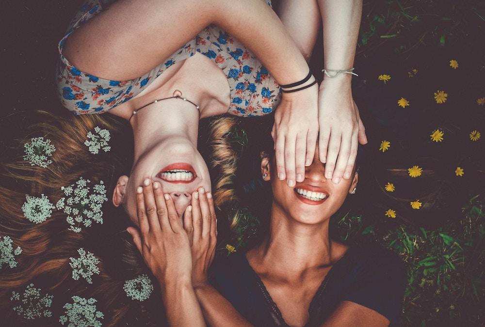 smiech, dievčatá sa smejú, dve kamarátky, pestrofarebné, kvety, farebné kvety