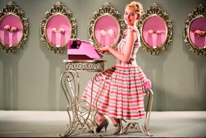 ružová sukňa, pekná žena, písací stroj, akčné ženy