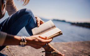 citanie knihy, jazero, zena