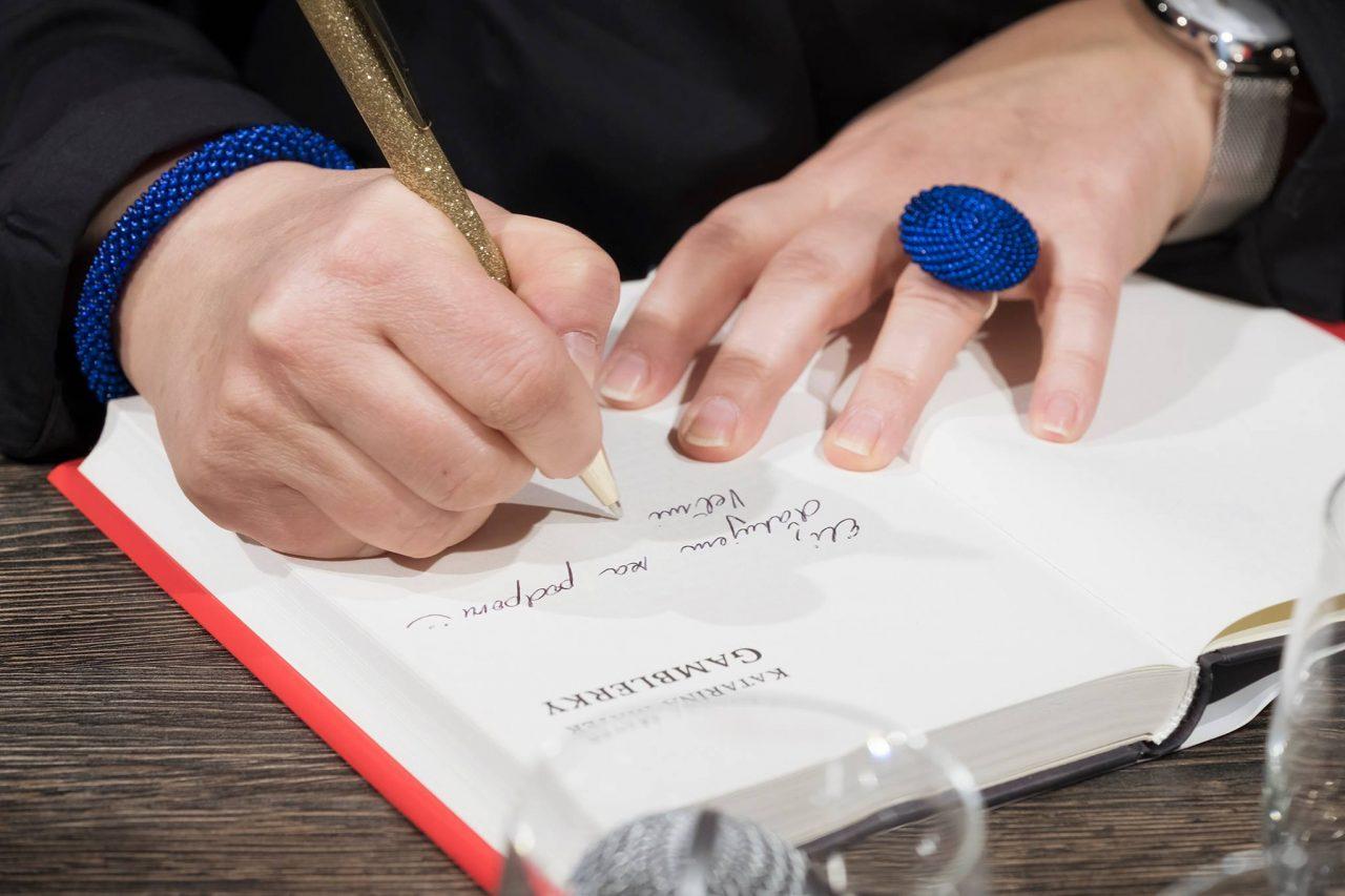 autorka podpisuje knihu