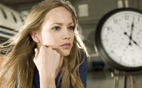 zena s hodinami