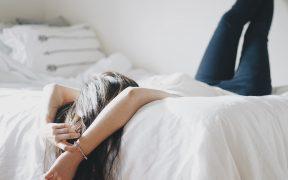 dievca v posteli