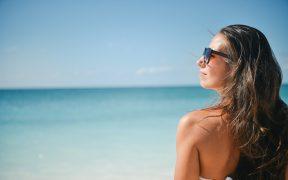 zena na plazi