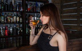 zena v bare
